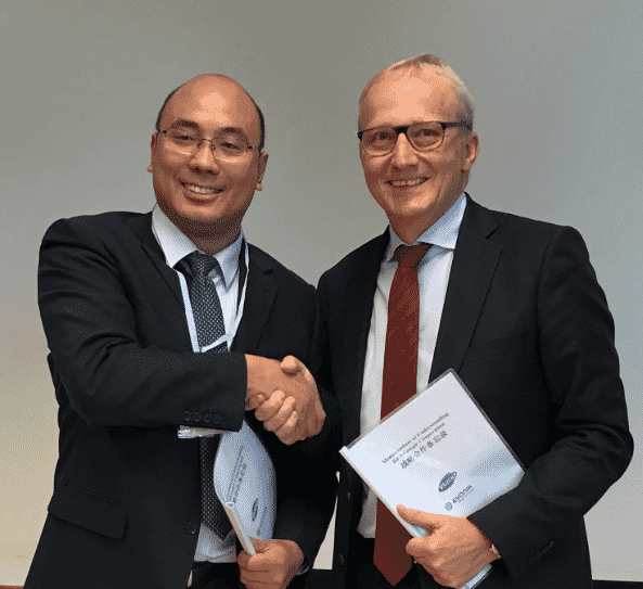 Dr Yingjun Zhou (left), General Manager of Shandong Vland Biotech Co Ltd, and Dr Reiner Beste, Chairman of the Board of Management of Evonik Nutrition & Care GmbH